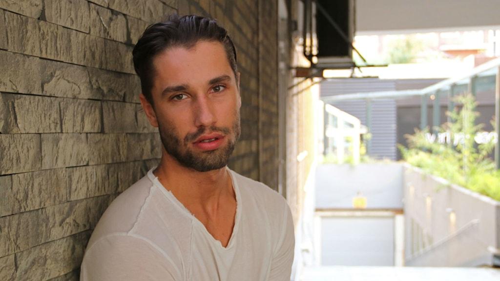 Benjamin Stade 20 år medverkar i Paradise hotell som är en dokusåpa på TV3.