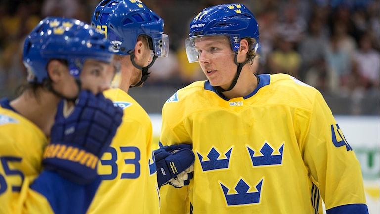 Hampus Lindholm under match med Tre Kronor.