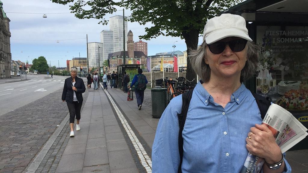 Louise Tikkanen i väntan ersättningsbussen för att åka på dagsutflykt i Skäralid.