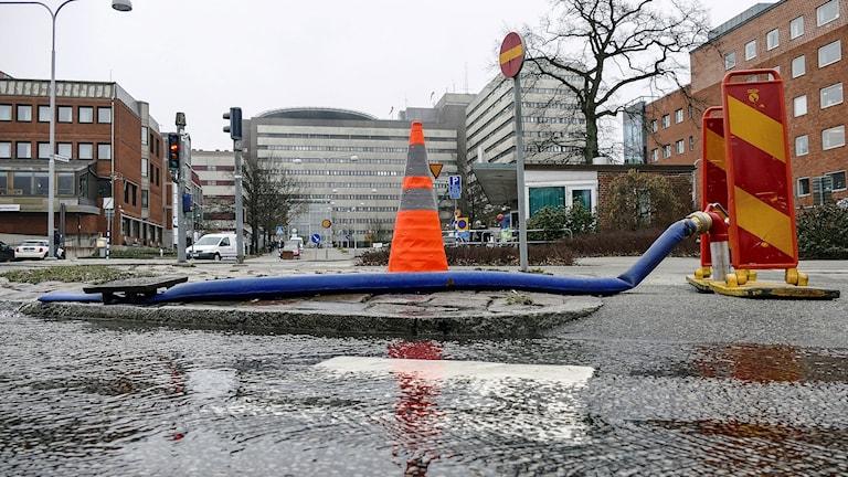 VA Syd spolar vatten från en brandpost utanför SUS i Lund. Foto: Johan Nilsson/TT