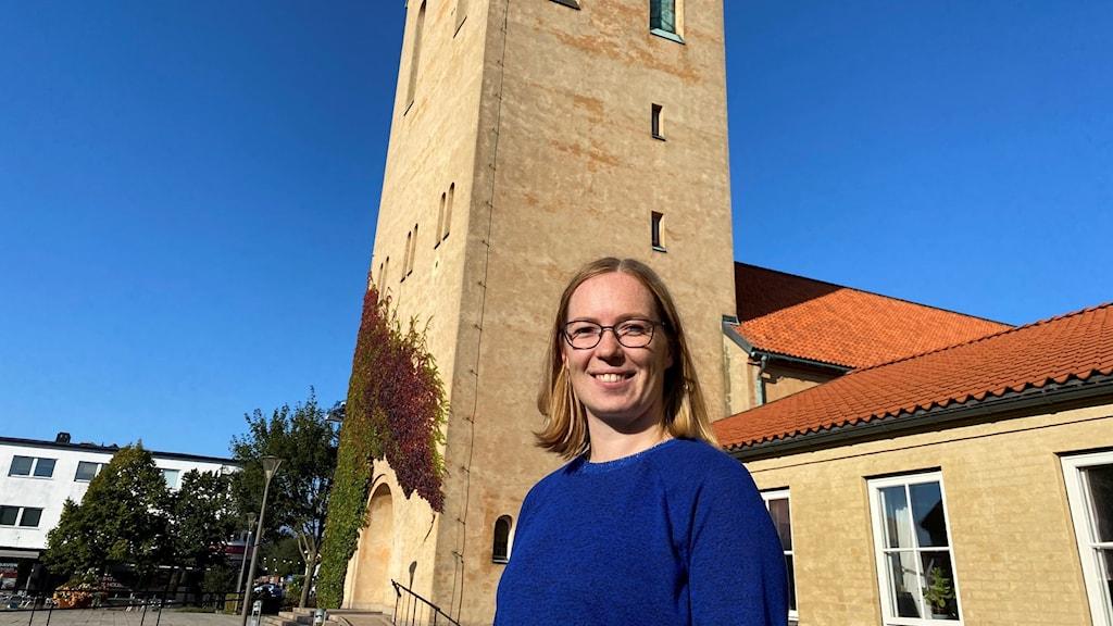 På bilden Josefina Klang. I bakgrunden en kyrka.
