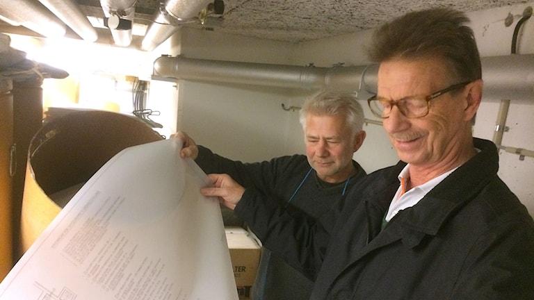 Fastighetsskötare Juraj Korman och skyddsrumssakkunnig Bo Larsson i ett skyddsrum.