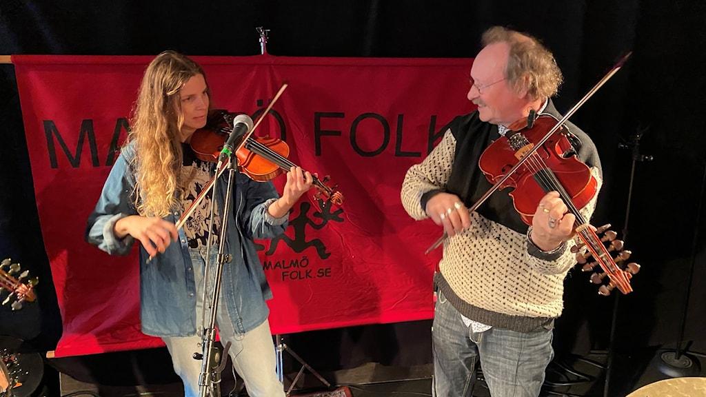 Två musiker med fioler