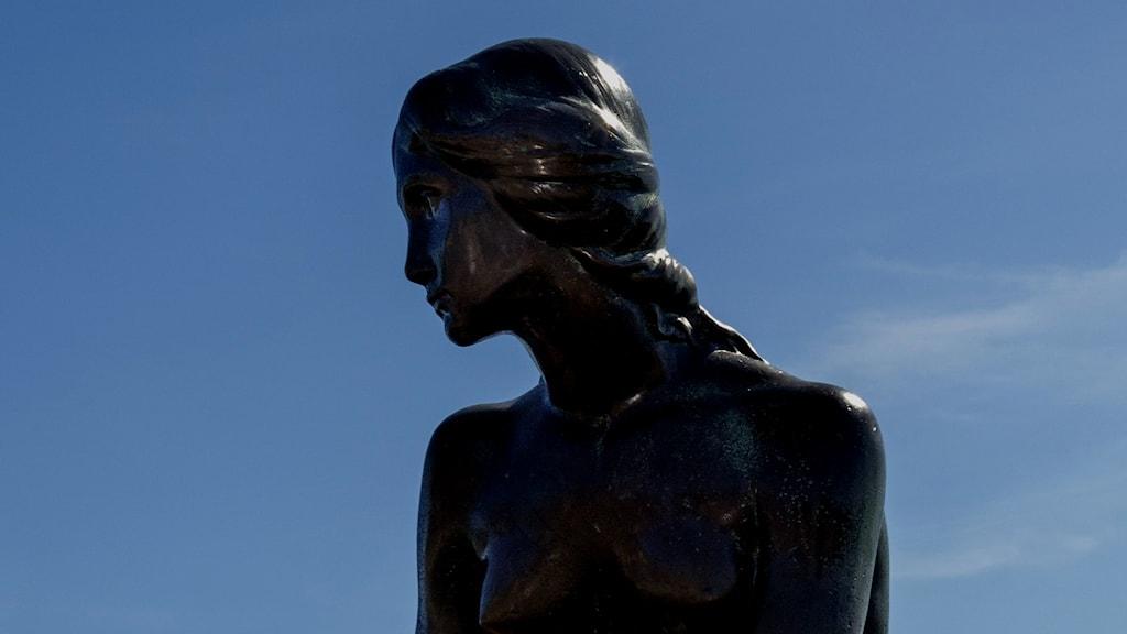 Staty av kvinna.
