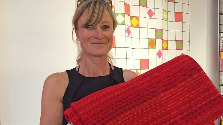 Museichef Cecilia Widenheim med snark-filten. Foto: David Richter/Sveriges Radio.
