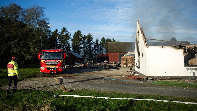 En kraftig brand rasade under natten i en villa med tillhörande verkstad söder om Sjöbo.  Branden var så pass kraftig att byggnaden fick brinna ner till grunden.  Foto: Björn Lindgren / TT