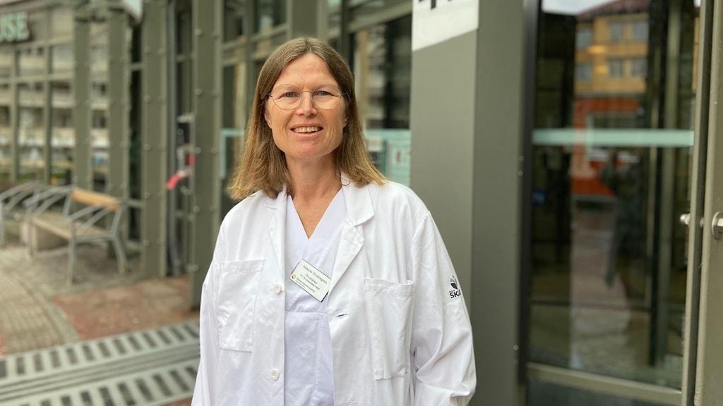 Kvinna utanför sjukhus. Överläkaren Johanna Nordengren.