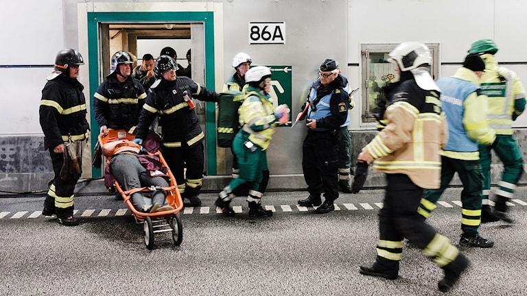 Ett brinnande tåg, tågpassagerare som flyr ut i biltunneln och blir påkörda och en seriekrock, det var scenen för den broövning som hölls där både danska och svenska myndigheter övade. Foto: Peter Brinch/Øresundsbron