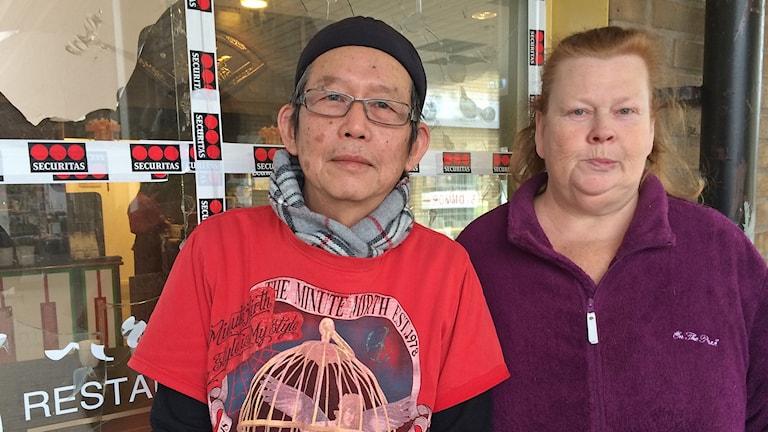 Restaurangägaren Joakim Chow och Oxiebon Ann-Marie Hansson som är engagerad i insamling för att hjälpa Chow efter en rad attentat. Foto: Martina Greiffe/Sveriges Radio.