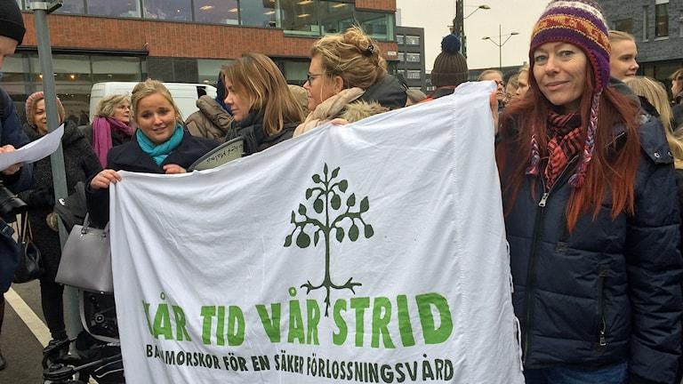 Demonstrerande barnmorskor vid regionhuset i Malmö med Gabriella Aichholzer Hedstöm till höger. Foto: Petra Haupt/Sveriges Radio.