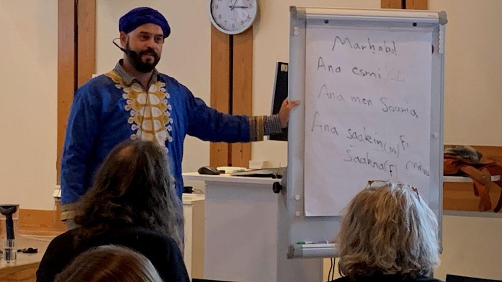 Språkläraren och journalisten Ali Alabdallah från Syrien lär bibliotekspersonal vardagsarabiska i Helsingborg och Malmö.
