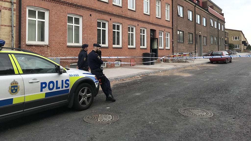 polis utanför hus där det detonerats