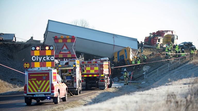 En lastbil körde av vägen och hänger ut över en viadukt på E6 vid Landskrona. Foto: Björn Lindgren/TT