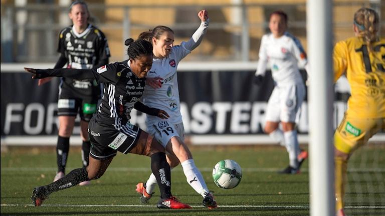 Piteås Faith Ikidi mot Rosengårds Iva Landeka under söndagens damallsvenska fotbollsmatch mellan FC Rosengård och Piteå IF.