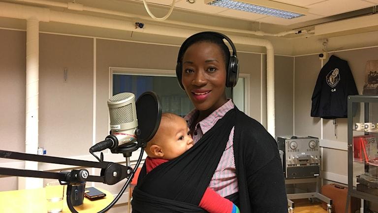 Ett upprop på facebook, sedan var bollen i gång. Harriet Kyolaba i Helsingborg, här med sonen Kenzo, bjuder på alternativt julfirande.