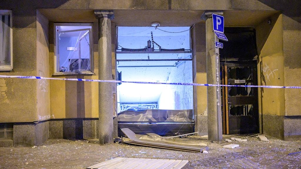 Skador på en port vid Nobeltorget i centrala Malmö efter den senaste explosionen i Sverige natten till måndagen.
