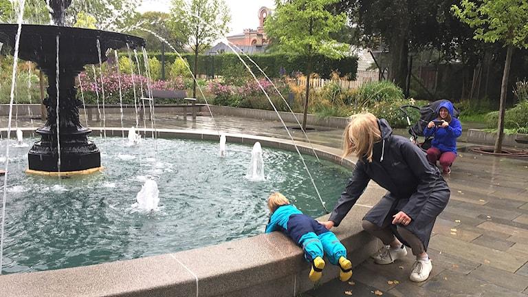 Ilse och Emily Wollstad  vid den nyrenoverade fontänen.