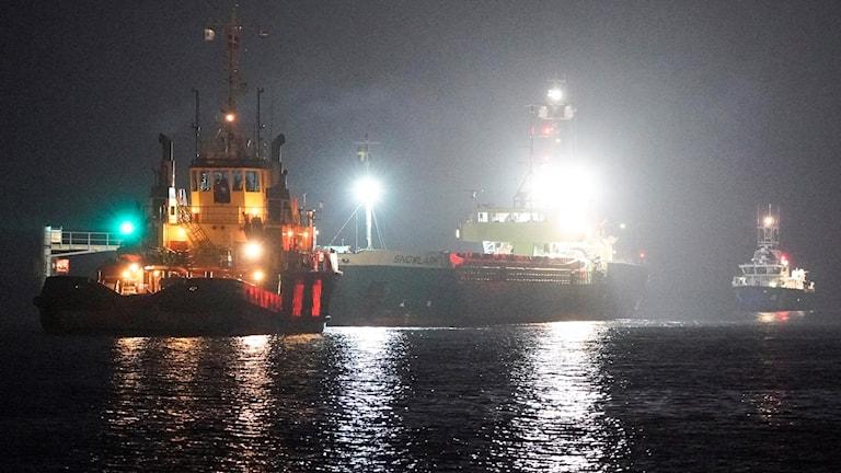 Lastfartyget Snowlark som gick på grund utanför Landskrona bogseras in till kaj. Foto: Johan Nilsson/TT.