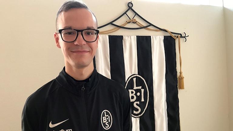 Amir Jakirlic i svart tröja framför en Landskrona Boisflagga.