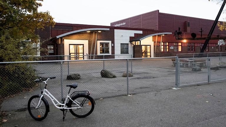 indängeskolan i Malmö fick hålla elever inomhus efter att en knivbeväpnad man synts till på skolområdet.