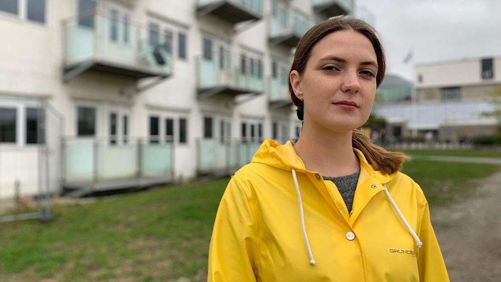 Malin Bruce står framför de tomma studentboendena Pålsjöäng.