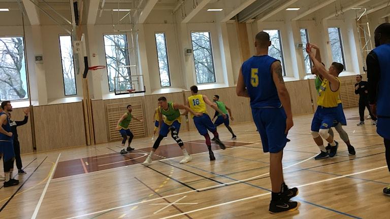 Basketspelare tränar på skott.