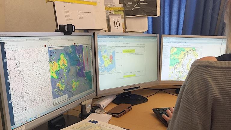 SMHI i Malmö, meteorologen Annie Persson visar på skärmen var det är meteorologisk sommar i Skåne. Foto: Martina Greiffe/Sveriges Radio