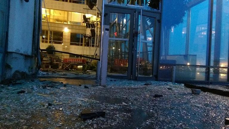Krossat glas på marken och krossade fönster utanför restaurangen.