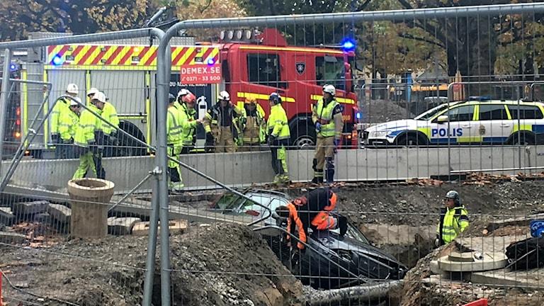 En bil körde ner i en grop vid spårvägsarbetena på Clemenstorget i Lund. Foto: Matias Rankinen/Sveriges Radio