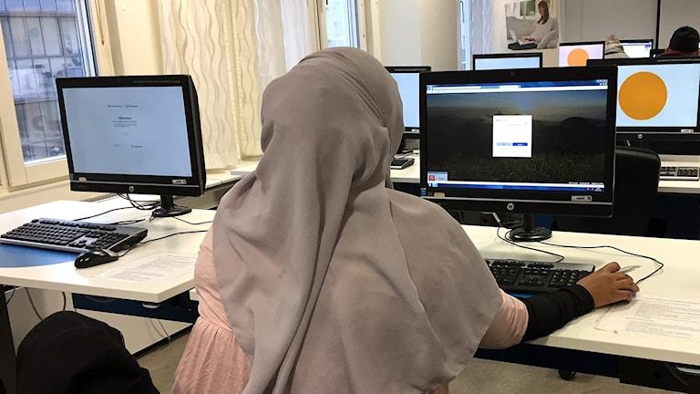 Kvinna söker jobb på Arbetsförmedlingen.