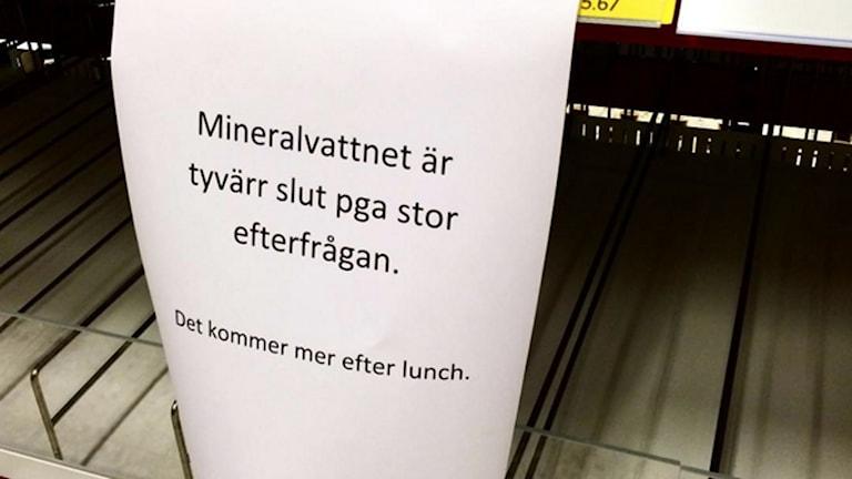 På Ica Maxi i Helsingborg gapar vattenhyllorna tomma efter att tarmbakterier upptäckts i dricksvattnet.