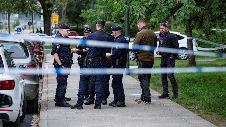 MALMÖ 2019-06-10 Poliser vid avspärrningar på Hålsjögatan där en man hittads skadad efter skottlossningslarm på måndagen. En person avled på sjukhus efter skottlossningen. Foto: Johan Nilsson / TT Kod: 50090