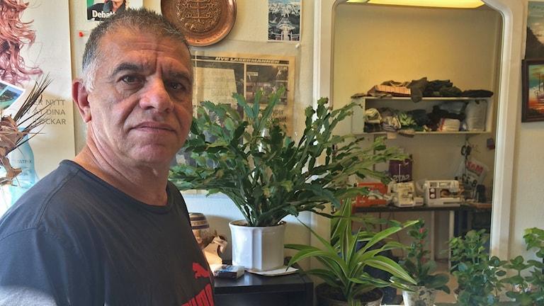 Naser Yazdanpanah i Malmö försöker fortfarande förstå varför serieskytten Peter Mangs inte dömdes för skotten mot hans skrädderi. Foto: Evelina Olsson/Sveriges Radio.