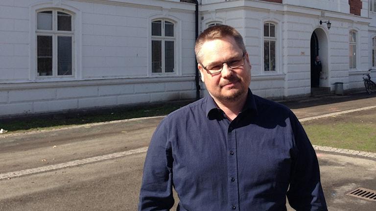 Mattias Borg framför Sankt Thomas skola