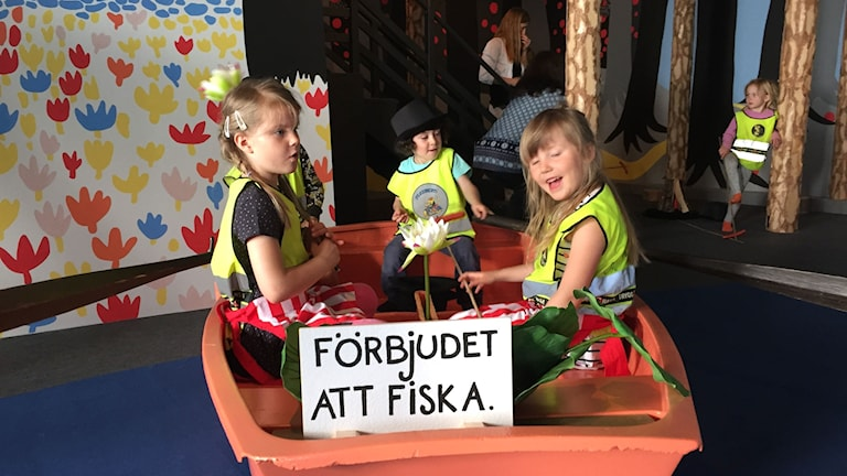 Barn i roddbåt på Muminutställning.