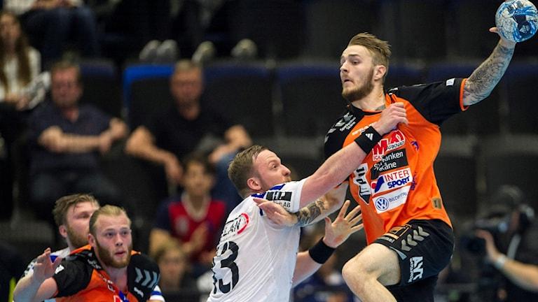 Kristianstads Stig-Tore Moen och Ystads IF:s Carl Löfström i kamp under tidigare slutspelsmatch. Foto: Björn Lindgren/TT.