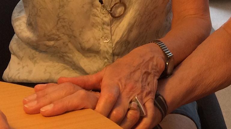 Nästan en halv miljon svenskar vårdar en sjuk anhörig i hemmet.