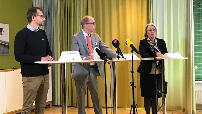 Biträdande smittskyddsläkare Mattias Waldeck, regiondirektör Alf Jönsson, och hälso- och sjukvårdsdirektör Pia Lundbom.