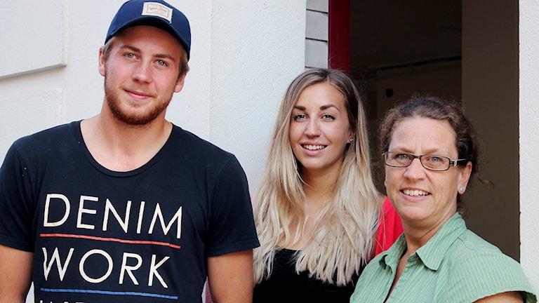 Linus Andersson och Cecilia Hermansson, ungdomsspanare i Ystad och Maria Jönsson, projektledare för Ung sluss Foto: Malin Thelin/Sveriges Radio