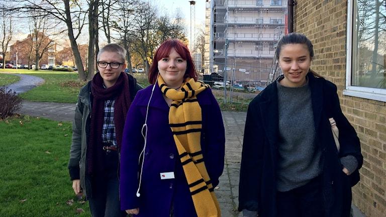 Tilde Karlsson, Cajsalisa Civilis och Filippa Lavesson känner sig säkra på sin skola, Nicolaiskolan men efterlyser lärarnärvaro utomhus.