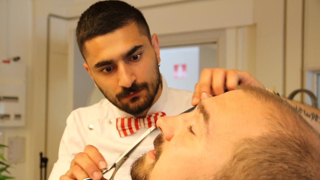 Barberare Antonino Ratto klipper Victor Panduresco i direktsändning.