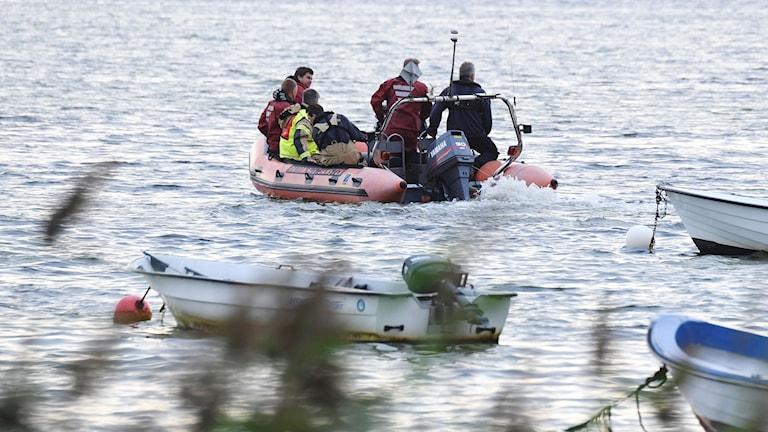 Polisens dykare letar efter vad som misstänks vara ett fynd av en kroppsdel i Foteviken.