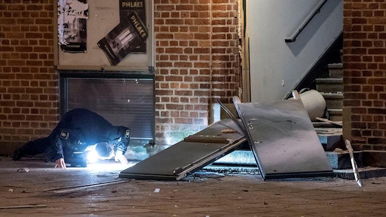 Polisens bombtekniker undersöker entrén till nattklubben