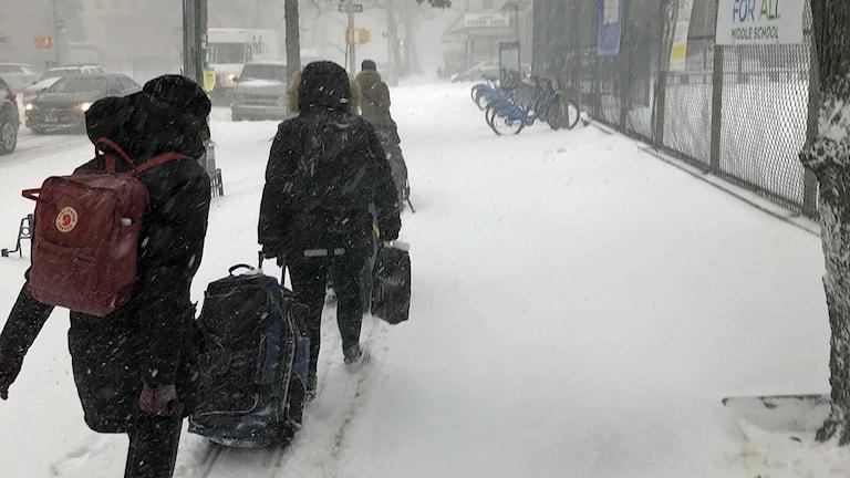 Dan Anderssons familj vandrar mot tunnelbanan i snöiga New York. Foto: Privat.