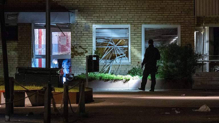 MALMÖ 2019-06-12 Nationella bombskyddet undersöker skadorna på en entré och fönster vid en flerfamiljsfastighet på Von Rosens väg på Rosengård i Malmö efter en explosion tidigt på onsdagsmorgonen. Foto: Johan Nilsson / TT / Kod 50090