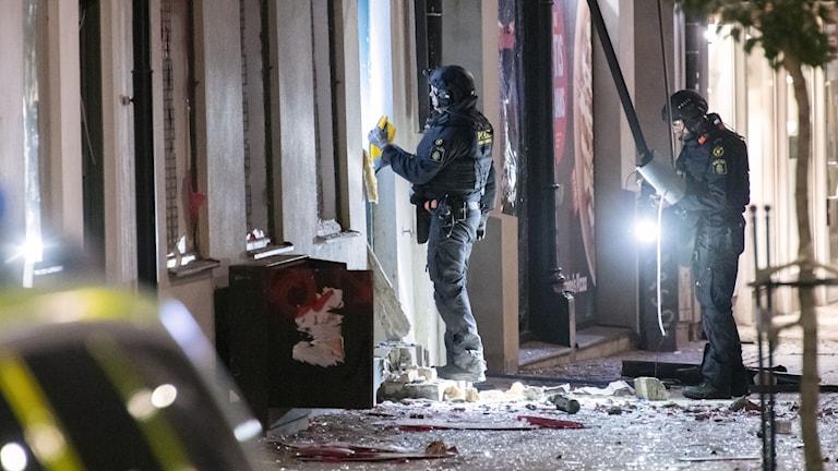 Nationella bombskyddet undersöker en entrén till en livsmedelsbutik på Stora Södergatan i centrala Lund.
