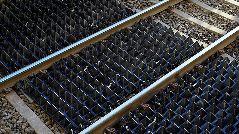 Pyramidformade gummimattor ska rädda liv vid järnvägarna.