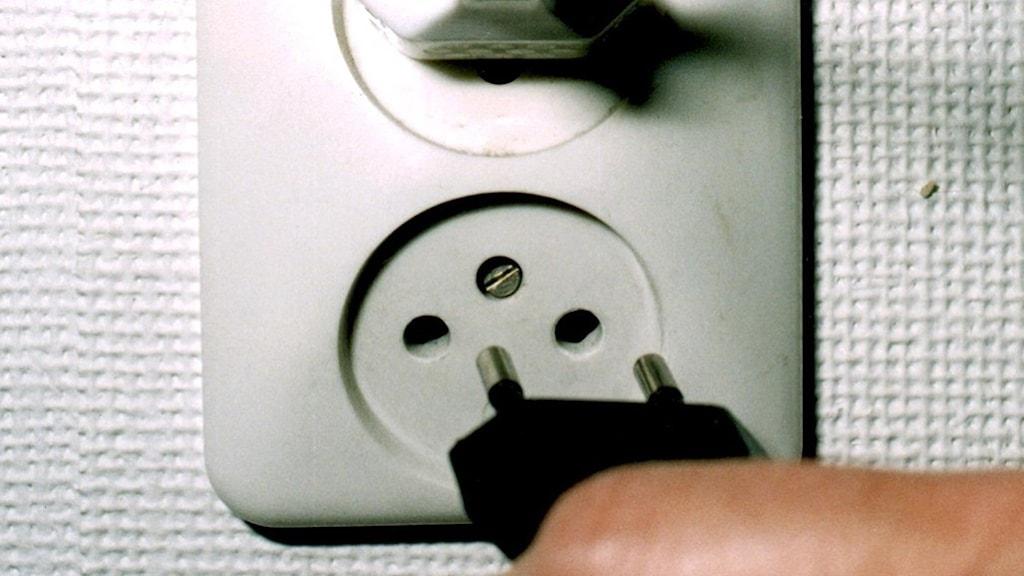 Stickkontakter i eluttag på vägg. Två hål i väggen. Kontakt. Foto: TT