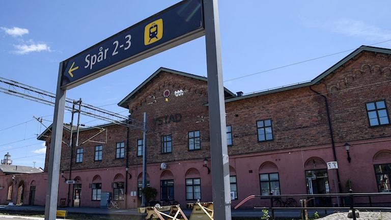 Skylt visar vägen till spår 2 och 3 på tågstationen i Ystad.