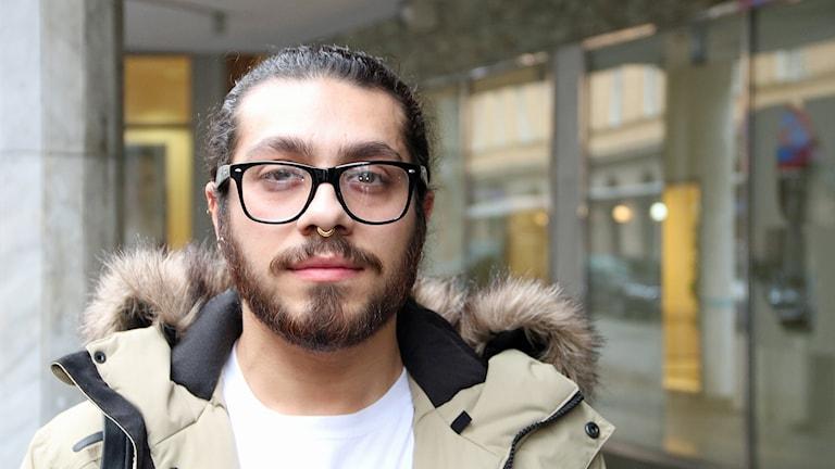 Alqumit Alhamad, konstnär och HBTQ-aktivist från Syrien. Foto: Alqumit Alhamad, konstnär och HBTQ-aktivist från SyrienAlqumit Alhamad, konstnär och HBTQ-aktivist från Syrien. Foto: Hans Zillén/Sveriges Radio.